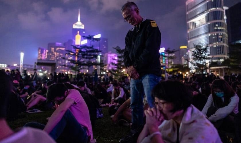 As pessoas fazem oração em memória do estudante universitário Alex Chow morto durante manifestações em Hong Kong. (Foto: Anthony Kwan/Getty Images)