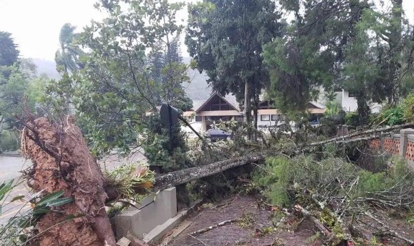 Entrada da Comunidade Luterana do Centro de Blumenau fica destruída pela passagem do ciclone extratropical. (Foto: Reprodução/Milton Jandrey/Facebook)