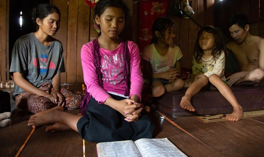 Seo (no canto direito) e sua família passaram a confiavar apenas em Jesus.  (Foto: Reprodução / IMB)