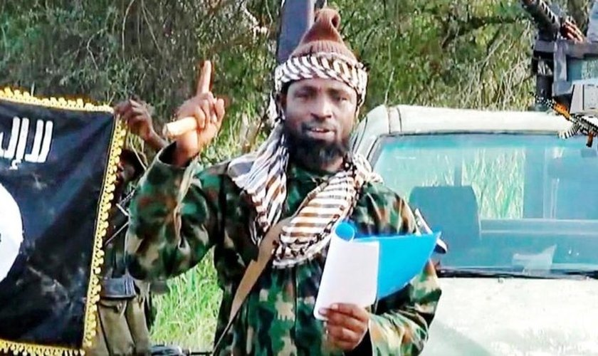 Terrorista do Boko Haram com bandeira do Estado Islâmico. (Foto: Reprodução / Fileo)