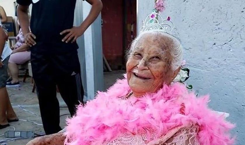 Maria Dias foi surpreendida com uma carreata de aniversário. (Foto: Paula Alves/Inter TV Grande Minas)