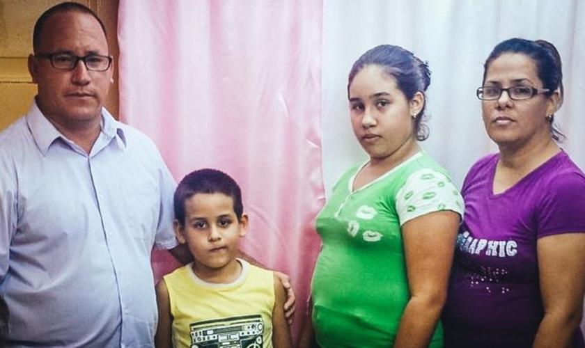 O Pr. Ramón Rigal ao lado da esposa Ayda Expósito e dos filhos. (Foto: Reprodução / Periodic Cubano)