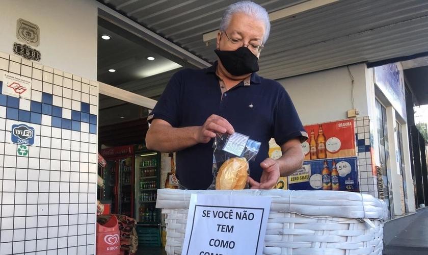 Dono de padaria doa pães a pessoas carentes em Dracena, interior de SP. (Foto: Carlos Volpi/TV Fronteira)