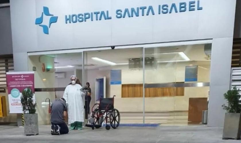 Ao deixar o hospital, o neurologista Moisés Lara se ajoelhou para agradecer a Deus. (Foto: Divulgação / Santa Casa de Piracicaba)