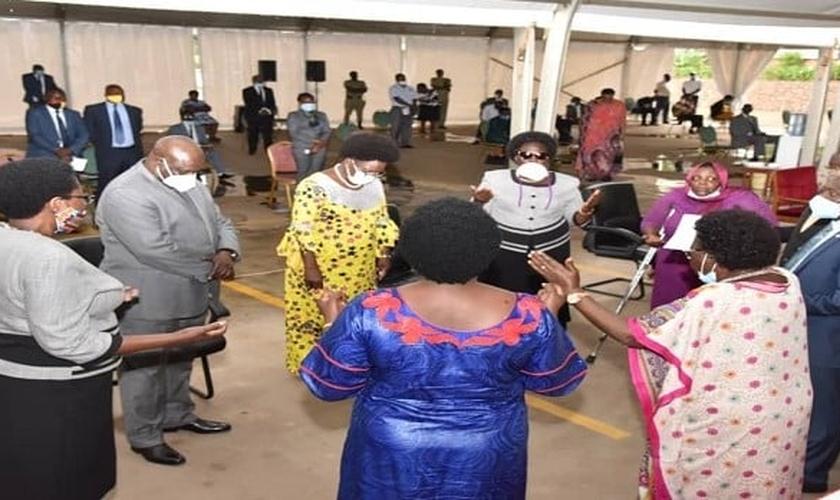 Parlamentares fazem oração pelo país na abertura do ano legislativo. (Foto: Reprodução / Parliament)