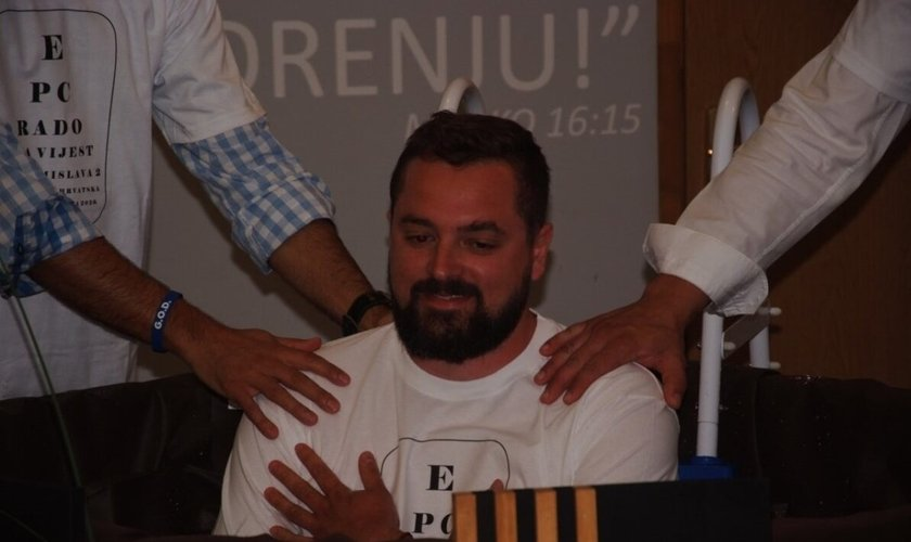 Novo cristão se batiza na Igreja da Boa Nova, na Croácia. (Foto: Reprodução / TEN)