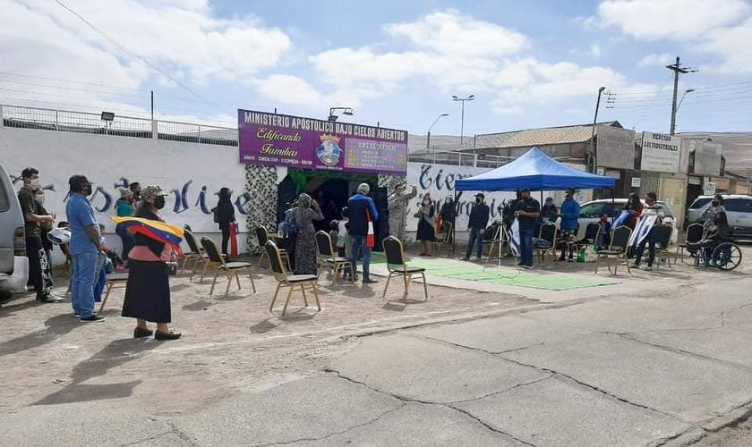 Fiéis presentes no culto ao ar livre do Ministerio Apostólico Bajo Cielos Abiertos. (Foto: Reprodução/Noticiero Cristiano)