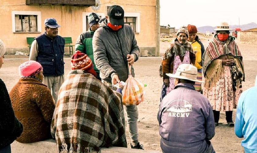 Organização cristã distribui ajuda humanitária em uma área rural da Bolívia. (Foto: MedFund Bolivia)