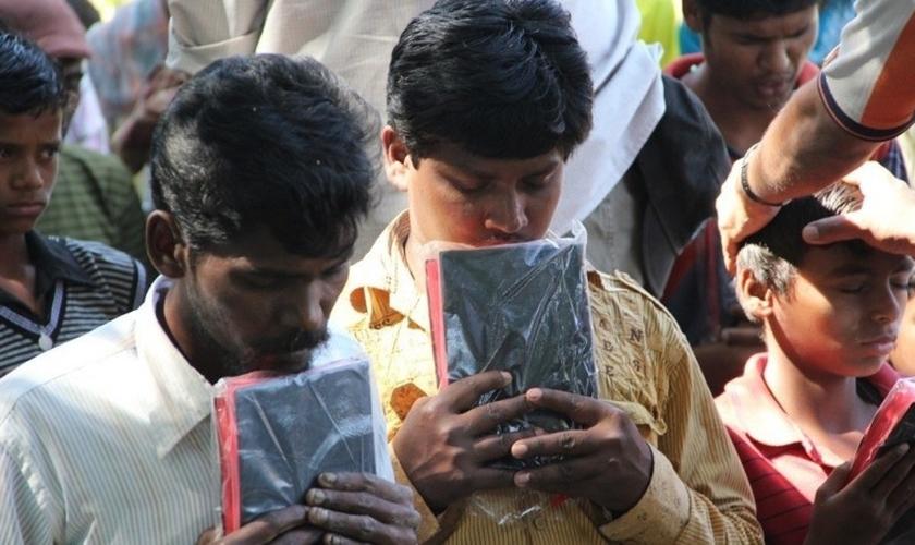 Indianos com suas Bíblias. (Foto: Reprodução / Hindu Human Rights)