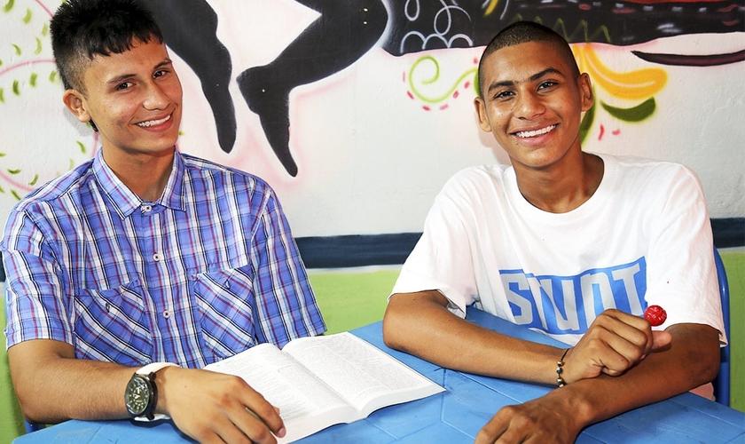 Hoje Mateo [à esquerda] influencia outros jovens de sua comunidade a conhecer Jesus. (Foto: Reprodução / Compassion)