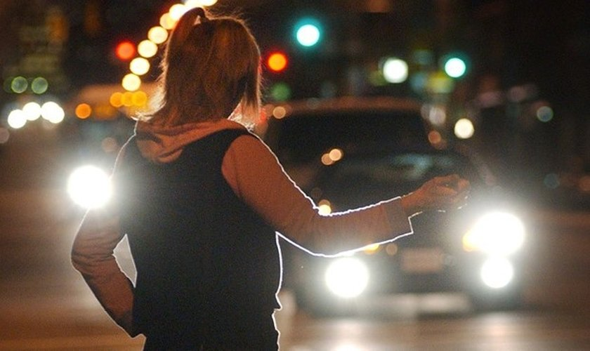 Mulher sinaliza para motoristas em avenida da Alemanha. (Foto: Mark van Manen/Postmedia News)