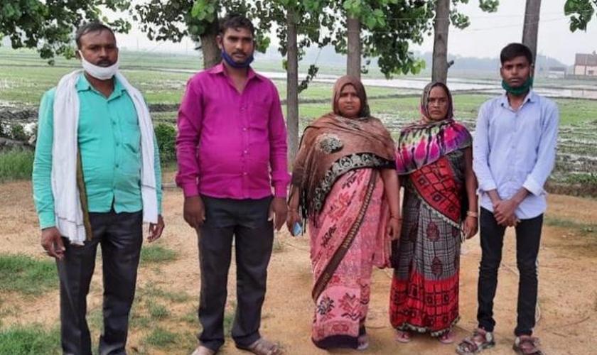 Família do Rev. Vikas Gupta ameaçada em uma vila remota no distrito de Azamgarh, Uttar Pradesh, em 2 de julho. (Foto: Reprodução / Asia News)