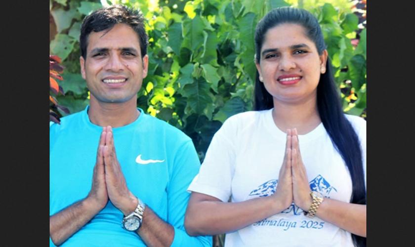 Pastor Keshab Raj Acharya e sua esposa Junu após sua libertação sob fiança no Nepal. (Foto: Reprodução / Morning Star News)