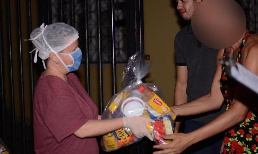 Missionários distribuem ajuda durante a pandemia a pessoas vulneráveis no Ceará. (Foto: Iris Fortaleza)