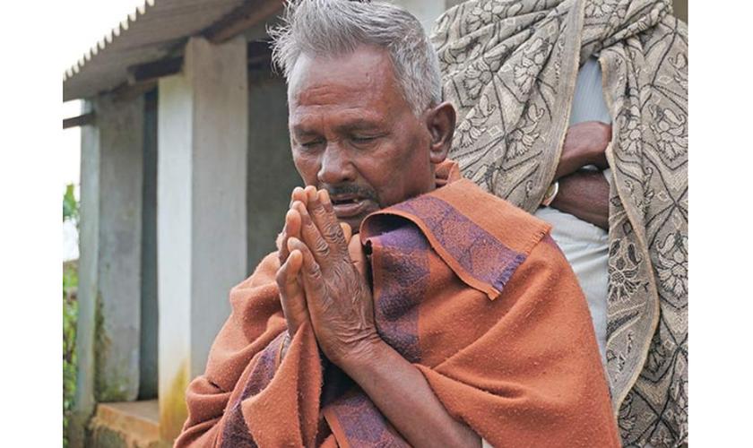 Cristão ora no Sri Lanka. (Foto: Reprodução / Barnabas Fund)