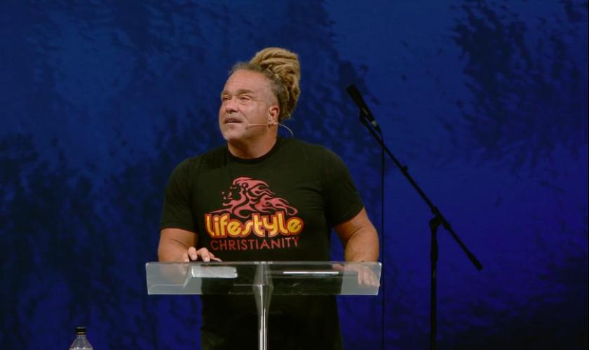 Pastor Todd White fala sobre seu arrependimento em pregação. (Foto: YouTube/Todd White/Lifestyle Christianity)