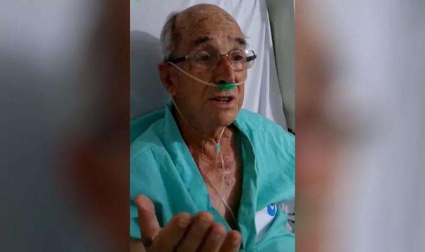 Paciente Gabriel Teixeira cantando no hospital de Itumbiara. (Foto: Reprodução/TV Anhanguera)