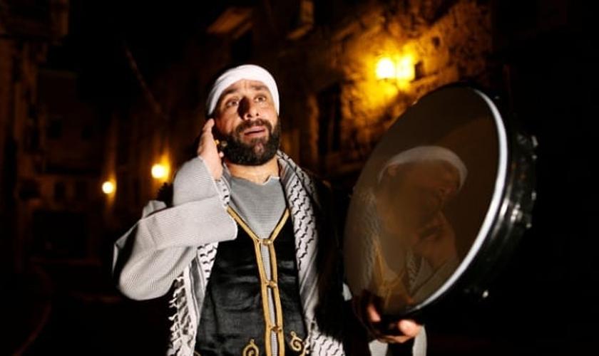 Homem cristão desperta muçulmanos israelenses para comer Sahur. (Foto: Reprodução / Tempo)