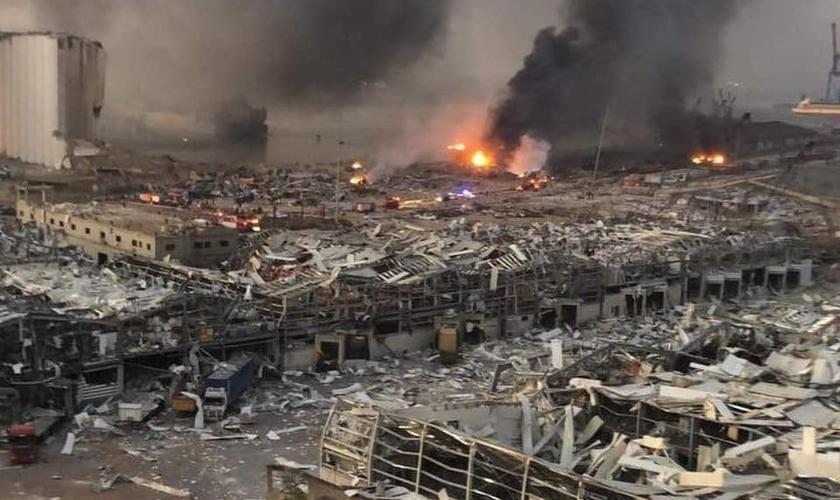 Cenas de guerra após explosões em Beirute, na quarta-feira (04). (Foto: Reprodução / Facebook)