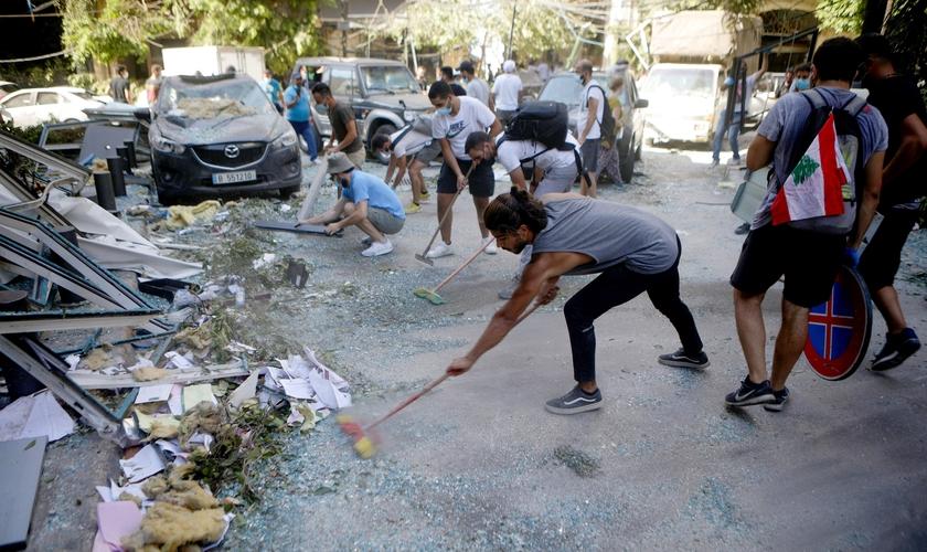 """Voluntários limpam detritos das ruas após a explosão: """"Não temos um estado para tomar essas medidas"""". (Foto: Reprodução / AJ Plus)"""