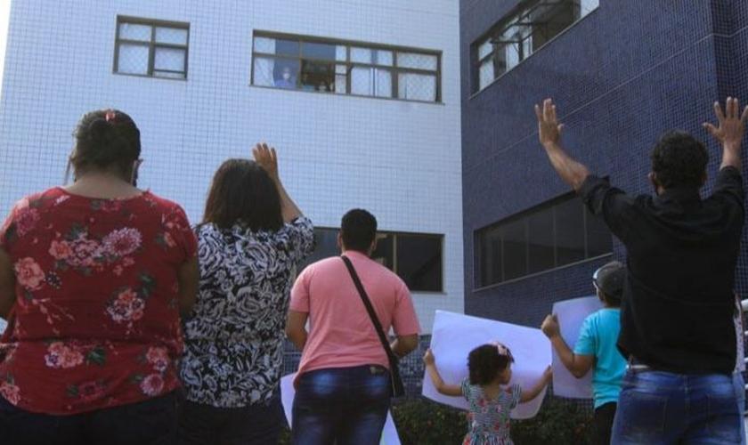 Gabriel acompanhou a homenagem da janela do hospital (Foto: Dayana Souza / AT)