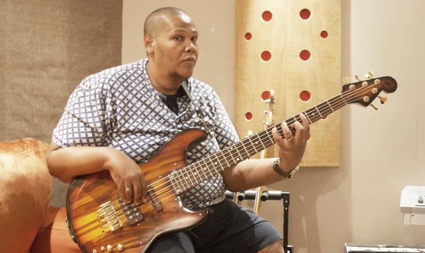 Jader Junqueira já foi citado como um dos melhores baixistas do Brasil. (Foto: Divulgação/Filhos do Homem)