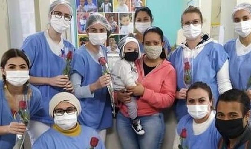 Lorenzo com a equipe médica que cuidou dele no hospital. (Foto: Reprodução / TNOline)