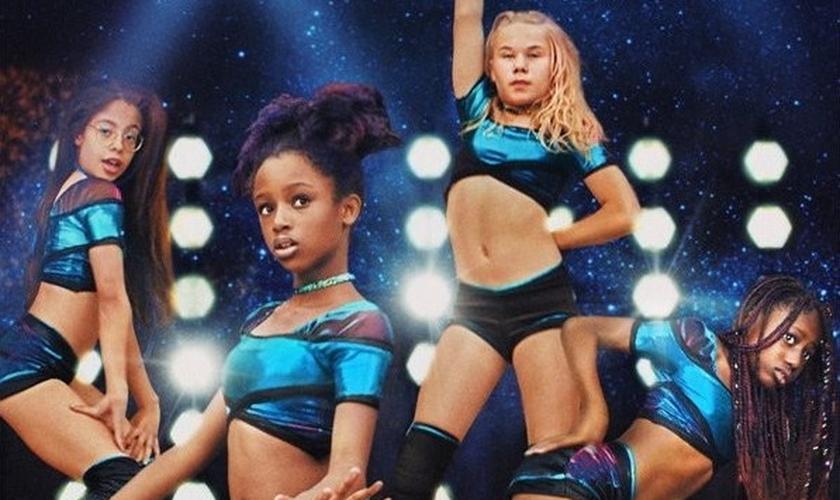 O cartaz de divulgação do filme gerou grande polêmica por sugerir a sexualização de crianças de 11 anos. (Imagem: Netflix)