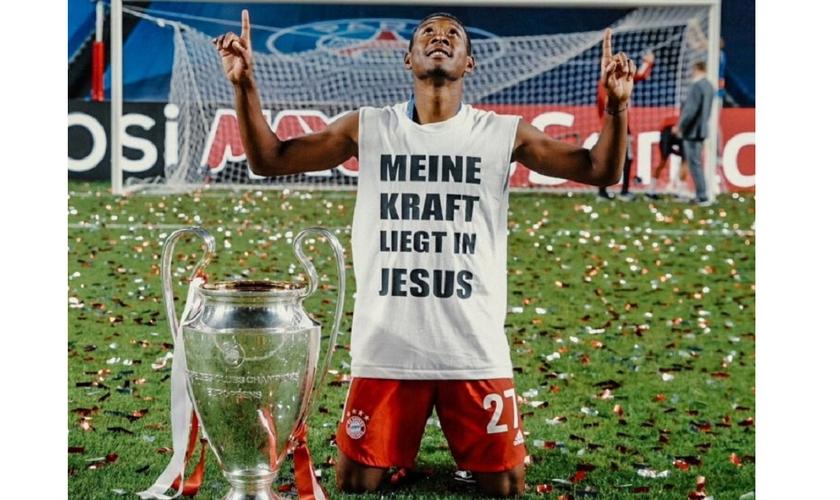 David Alaba festeja o título da Champions League com uma camisa com a mensagem. (Foto: Reprodução / Twitter David Alaba)
