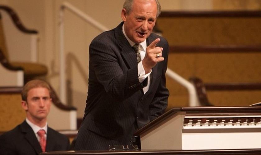 Pastor Jack Trieber lidera a North Valley Baptist Church, na Califórnia, que foi multada após cristãos cantarem em culto. (Foto: Stuff Fundies Like)