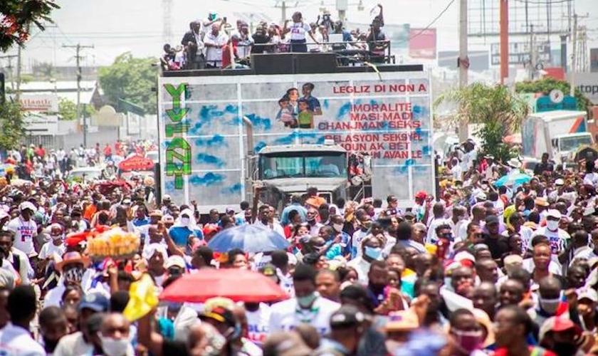 Milhares de protestantes haitianos saíram às ruas para protestar contra a renovação do Código Penal. (Foto: Reprodução / Diario Libre)