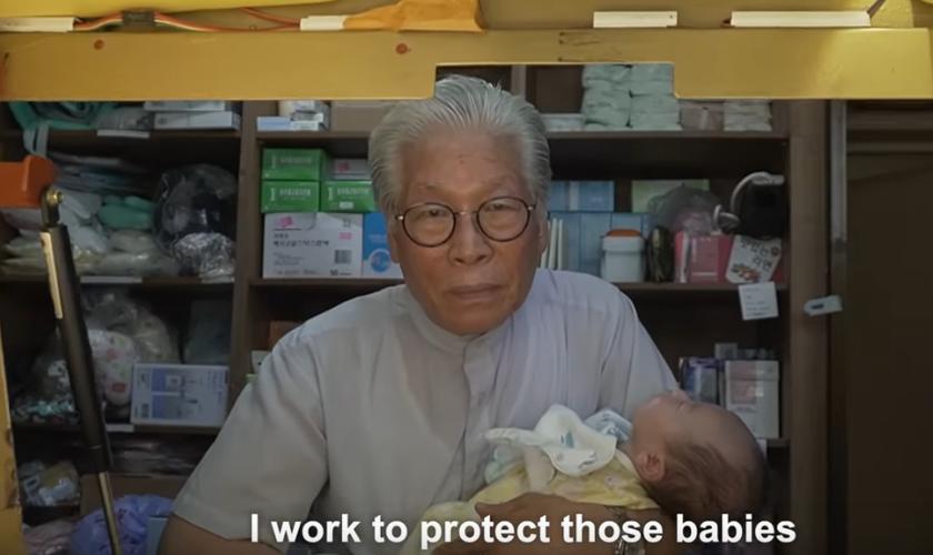 Pr. Jong-Rak Lee idealizou a babybox, um dispositivo para proteger bebês abandonados pelos pais. (Foto: Reprodução / Asian Boss)