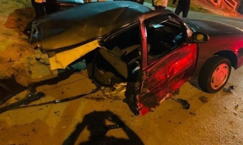 Carro ficou partido ao meio em colisão em Itatiba. (Foto: Reprodução / G1)