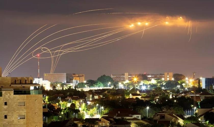 Em 21 de agosto, sistema anti-míssil Cúpula de Ferro dispara mísseis de interceptação conforme foguetes são lançados de Gaza em direção a Israel, visto da cidade de Ashkelon. (Foto: Amir Cohen/Reuters)