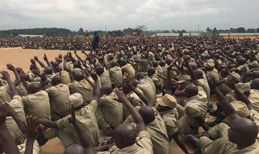 Recrutas recebem a palavra de Deus, em Uganda. (Foto: Reprodução / UGCN)