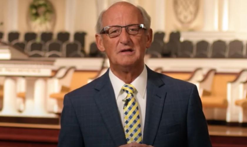 Pastor Jack Trieber lidera a North Valley Baptist Church, na Califórnia, que foi multada após cristãos cantarem em culto. (Imagem: Youtube /  Reprodução)