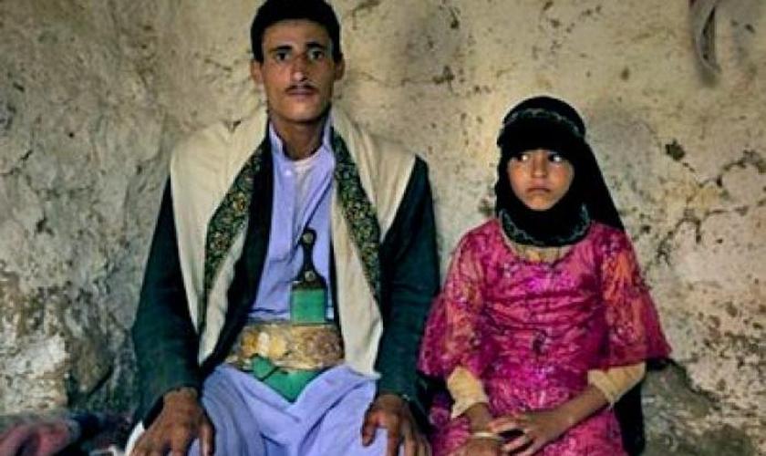 Menina ao lado do seu marido, na Indonésia. (Foto: Reprodução / Asia News)