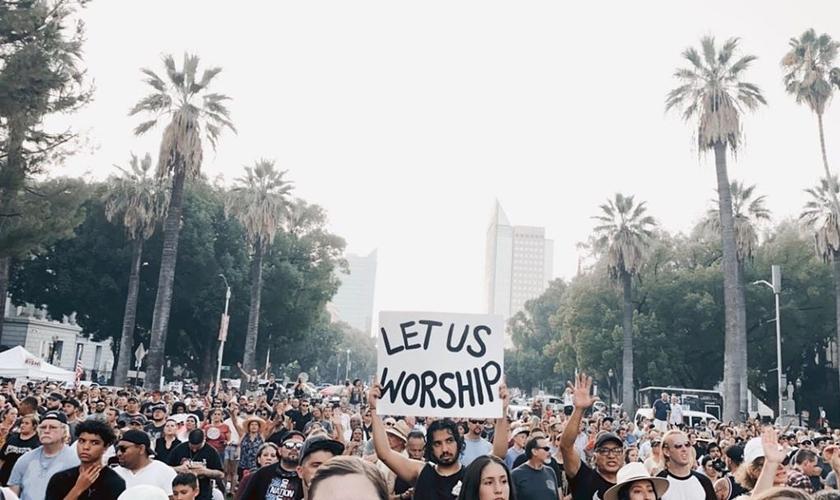 Milhares de cristãos cantam em frente ao Capitólio da Califórnia. (Foto: Reprodução / Instagram)