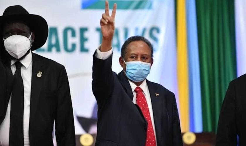 O primeiro ministro do Sudão, Abdullah Hamdok e o presidente do Sudão do Sul, Salva Kiir, (à esquerda), após a assinatura do acordo que põe fim ao status oficial da religião islâmica. (Foto: Reprodução / Twitter Memri Spanish)