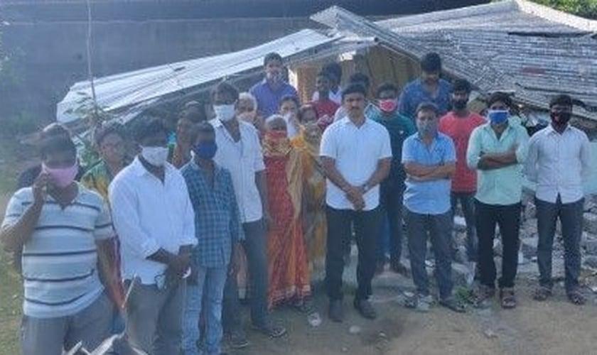 Membros da Grace Prayer House, incluindo o pastor Shyam Kumar, do lado de fora do prédio da igreja demolido. (Foto: Reprodução / Facebook)