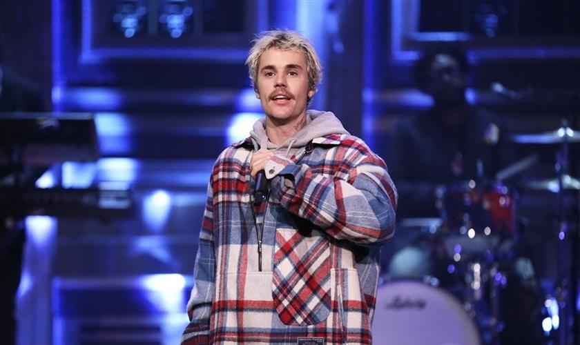 Justin Bieber canta em talk show americano apresentado por Jimmy Fallon. (Foto: Andrew Lipovsky/NBC)