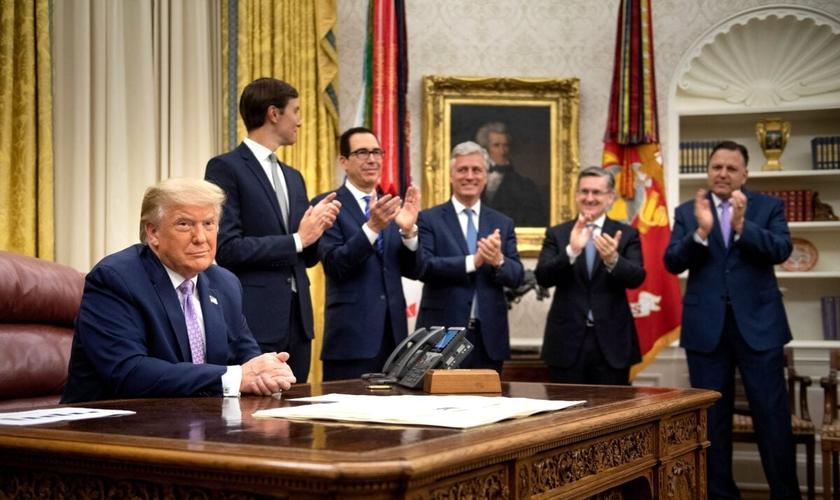 Donald Trump e equipe em anúncio do acordo entre os Emirados Árabes Unidos e Israel na Casa Branca. (Foto: Brendan Smialowski/AFP via Getty Images)