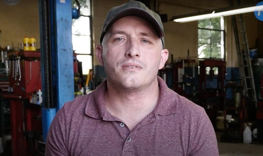 Brett Lynn foi esfaqueado após ter sua loja invadida por um criminoso, mas perdoou seu agressor. (Imagem: Faithwire)