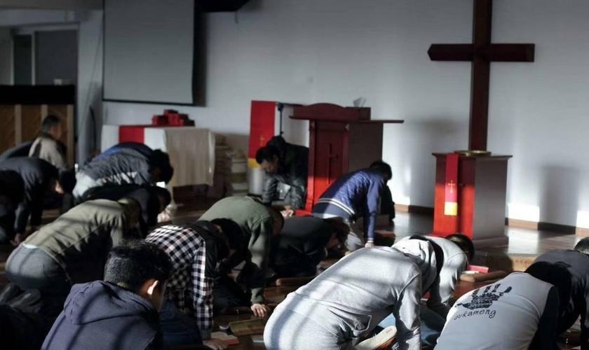 Cristãos em culto na Early Rain Convenant Church em Chengdu. (Foto: Reprodução / Facebook)