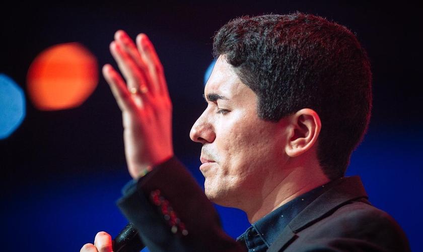 """Pr. Antônio Júnior prega no evento """"Sinais dos Tempos"""", em São Paulo. (Foto: Reprodução / YAH Church)"""