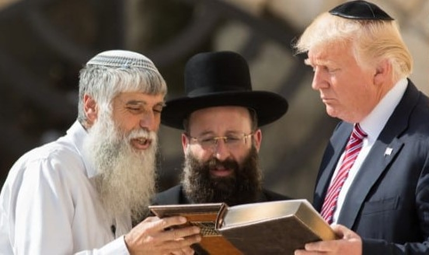 O presidente dos EUA, Donald Trump, com o rabino do Muro das Lamentações Shmuel Rabinowitz, o lugar mais sagrado para os judeus, em 2017. (Foto: Nati Shohat / Flash90)