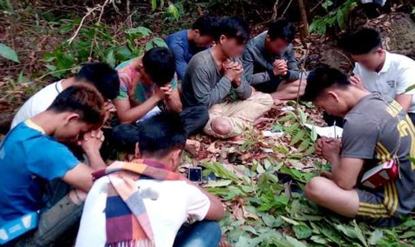 Nove jovens cristãos oram secretamente dentro de uma floresta no Laos, em 14 de setembro. (Foto: Reprodução / UCA News)