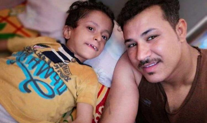 Após 11 anos de batalha para manter Samer vivo, Mark Nazeer lutou para deixar o corpo do filho sepultado perto de casa. (Foto: Reprodução / Portas Abertas)