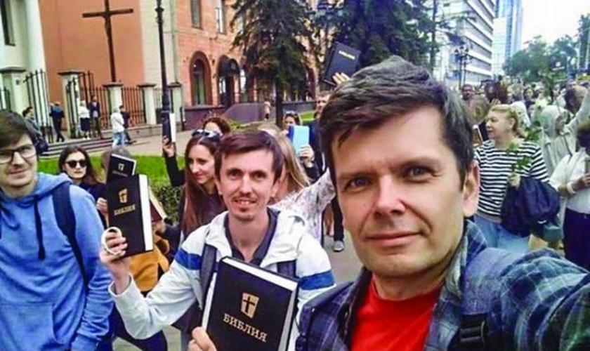 Cristãos em Minsk, capital da Bielorrússia, fazem protestos pacíficos com Bíblias nas mãos. (Foto: Reprodução / Christian Chronicle)