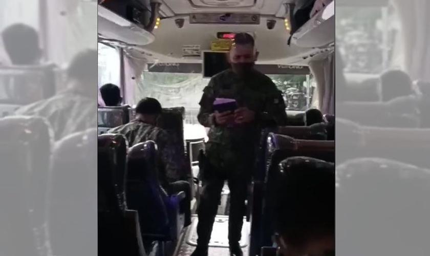 O oficial MG Maliwat, da Polícia Nacional das Filipinas, prega aos amigos dentro do ônibus. (Foto: Reprodução / GOD TV)